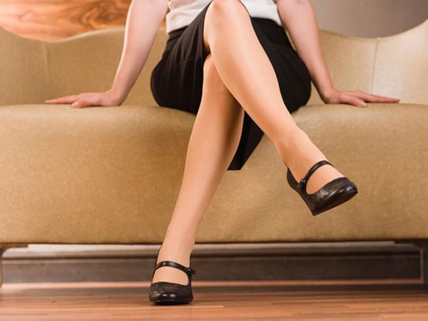 Hành động chéo chân liên tục đã nói lên rằng nàng không thoải mái