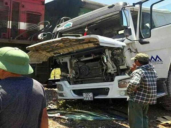 Nghệ An: Qua đường sắt không quan sát, xe bồn bị tàu hỏa đâm văng