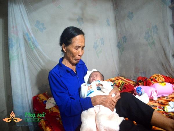 Vợ chồng nghèo không có tiền đành lòng đưa con sống trong lồng kính về nhà tự chăm sóc trong tiết trời lạnh giá - Ảnh 8