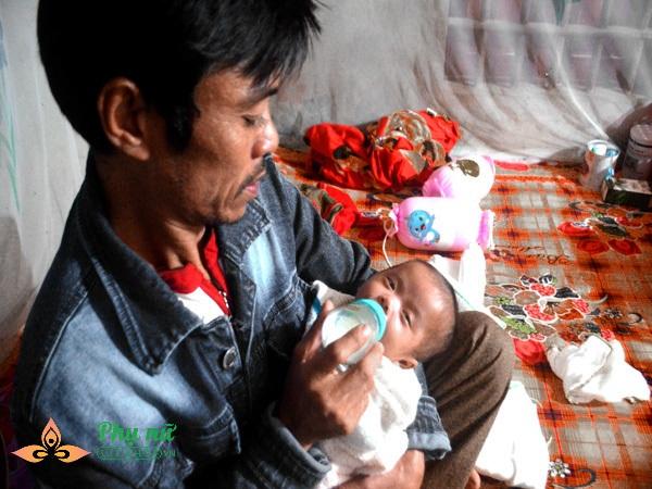 Vợ chồng nghèo không có tiền đành lòng đưa con sống trong lồng kính về nhà tự chăm sóc trong tiết trời lạnh giá - Ảnh 6