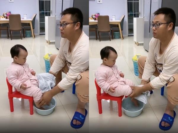Clip bố rửa chân cho con, lau mãi không khô vì 'chậu nước Thạch Sanh'