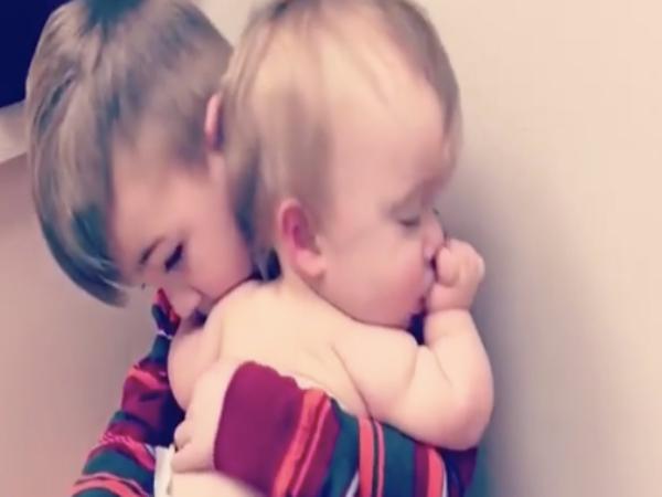 Clip anh trai dịu dàng vỗ em gái ngủ khiến hàng triệu trái tim tan chảy