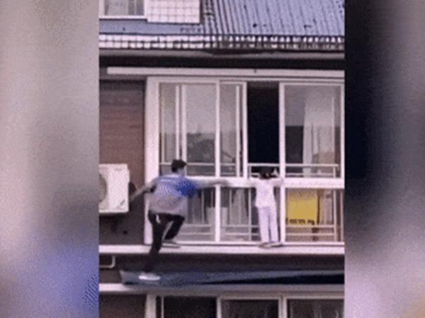 Thót tim cảnh người đàn ông bất chấp tính mạng giải cứu bé gái ngồi vắt vẻo ngoài ban công tầng 6