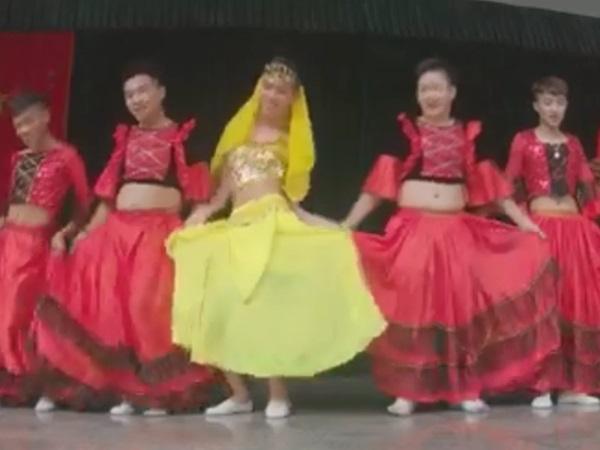 'Cười tím người' với clip nhóm nam sinh mặc trang phục Ấn Độ nhảy múa cực hài