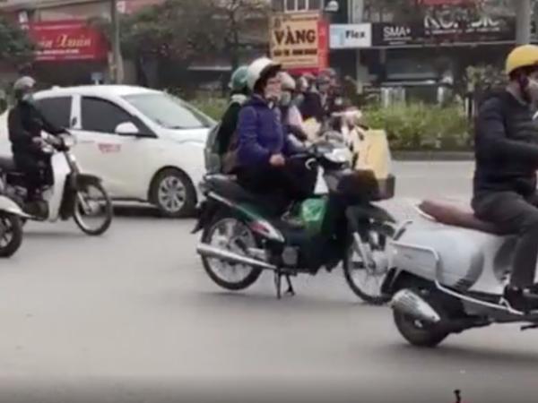 Ngao ngán cảnh người phụ nữ dừng xe 'ngồi thiền' giữa đường mặc dòng xe tấp nập