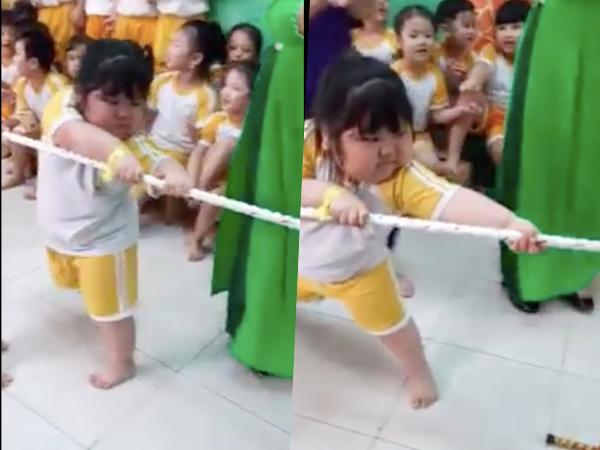 Phát sốt với biểu cảm 'khó đỡ' của cô bé chơi kéo co, 1 mình cân team