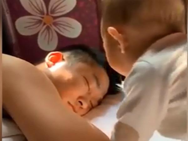 Thấy bố ngủ nướng, bé trai mới tập nói hóa thành đồng hồ báo thức siêu đáng yêu