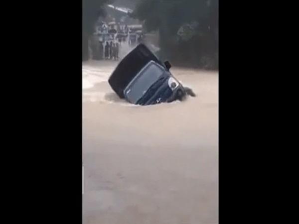Kinh hoàng khoảnh khắc ô tô tải bị nước lũ cuốn trôi ở Quảng Nam