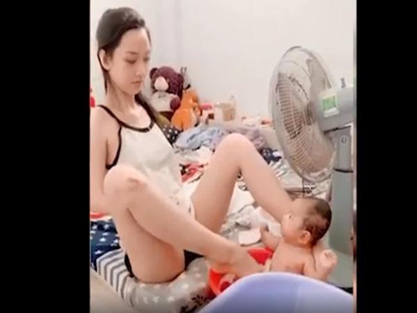 Mẹ dùng chân tắm cho con gây tranh cãi, đến khi nhìn lại đôi tay ai cũng ứa nước mắt