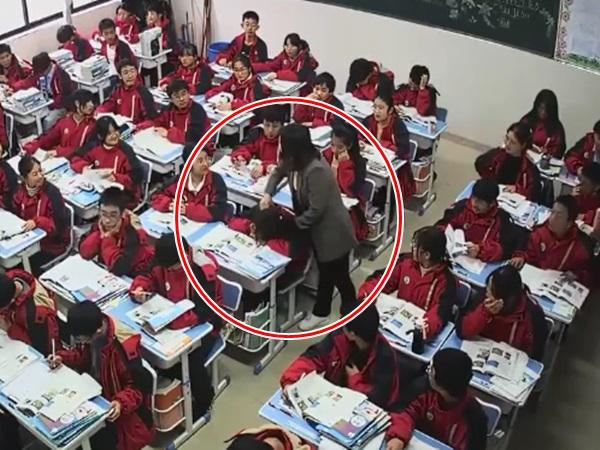 Thấy học sinh ngủ gật trên bàn, cô giáo làm hành động bất ngờ khiến cả lớp 'đứng hình'