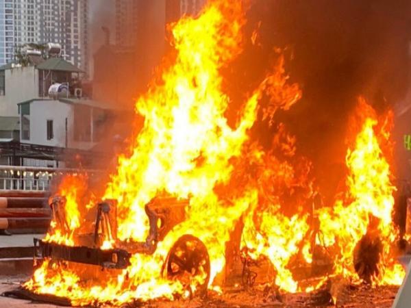 Xe sang Range Rover bốc cháy ngùn ngụt trên cầu, chủ nhân bất lực đứng nhìn