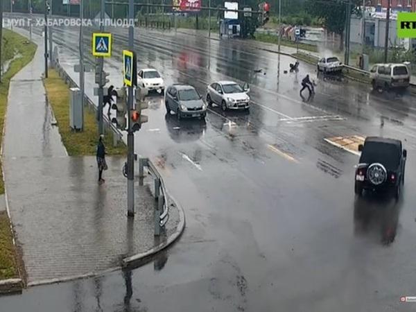 Va chạm giao thông, bé 3 tuổi văng khỏi xe buýt
