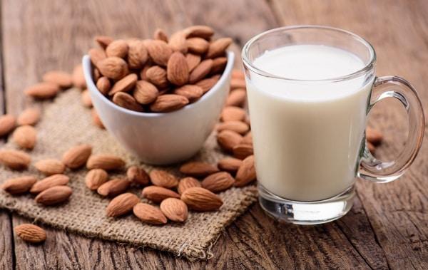 """Mẹ bỉm sữa """"đổ xô"""" học cách nấu sữa hạnh nhân đơn giản ngay tại nhà!"""