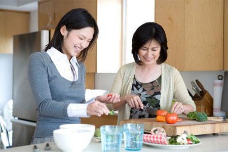 Cùng mẹ chồng nấu ăn