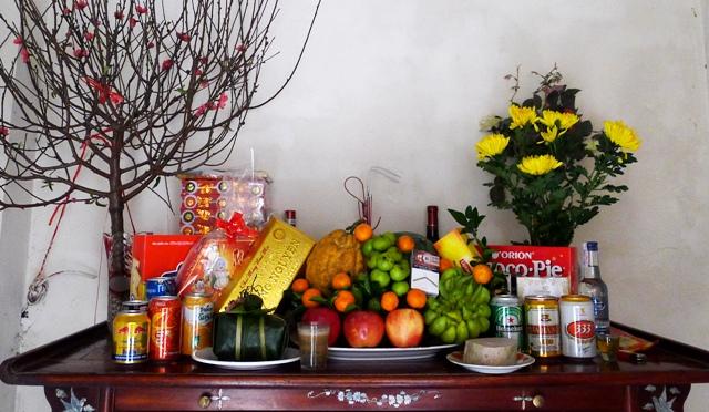 Chưng hoa trên bàn thờ là phong tục truyền thống của của người Việt