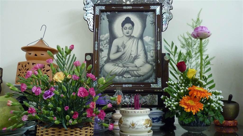 Trên bàn thờ,  cần đặt từ 1 – 2 lọ hoa ở 2 bên để tạo độ cân xứng với nhau