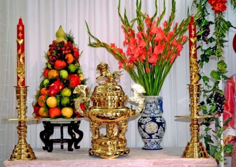 Cần tạo độ đối xứng cho bình hoa để giúp tôn lên nét trang trọng trên bàn thờ