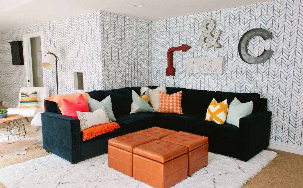 Giấu đồ dưới ghế đôn giúp căn phòng gọn gàng và tiện nghi hơn