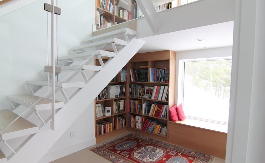 Tận dụng gầm cầu thang để làm khu vực đọc sách