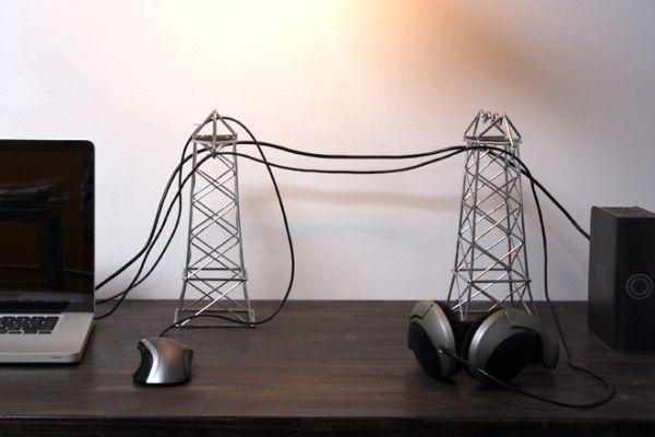 Tận dụng dây nối máy tính, dây chuột hay dây của tai nghe để thiết kế vài chiếc cột điện mini bằng dây nhôm và đặt những dây điện lên trên