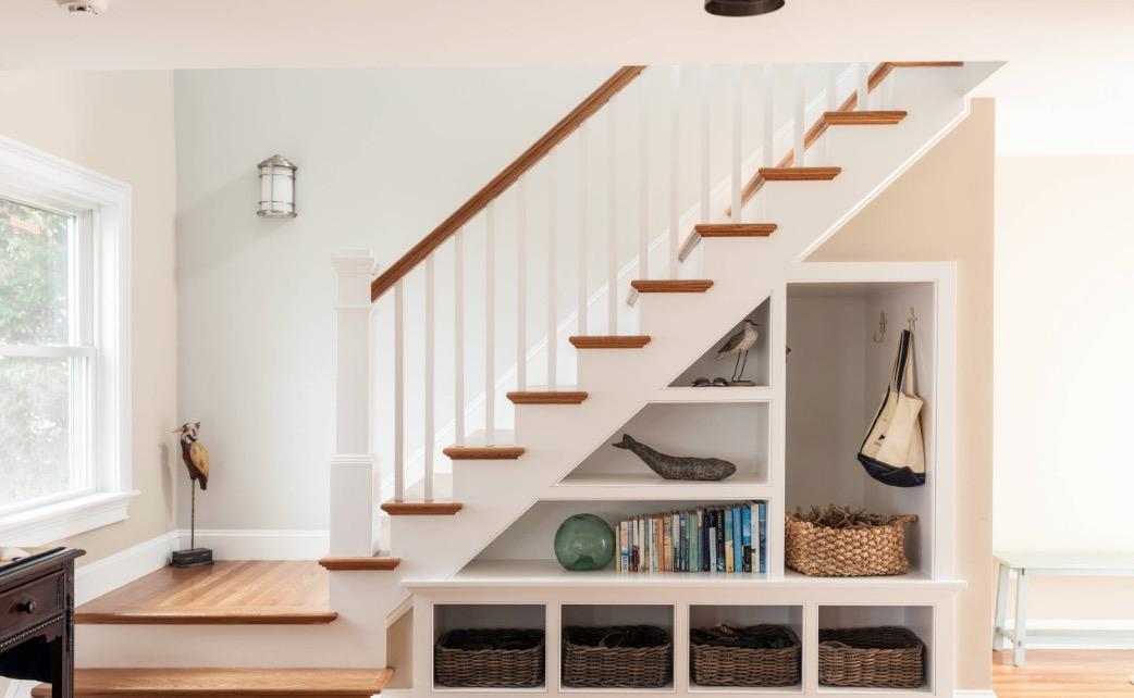 Tận dụng không gian dưới gầm cầu thang để làm những hộc tủ để đồ