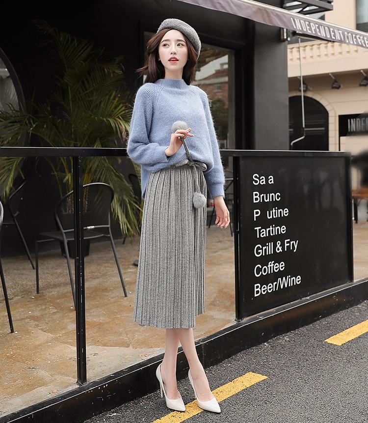 Áo len kết hợp chân váy dài tuy đơn giản mà sang trọng, trẻ trung