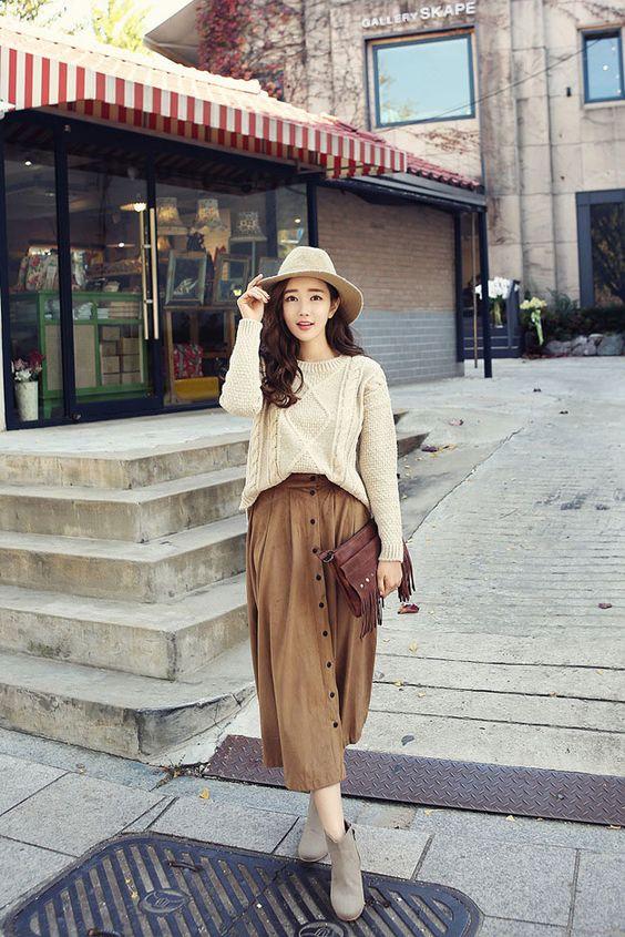 Kết hợp áo len dáng rộng với chân váy