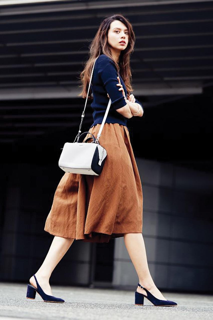 Chân váy midi kết hợp với áo len mang lại sự sành điệu cho phái đẹp