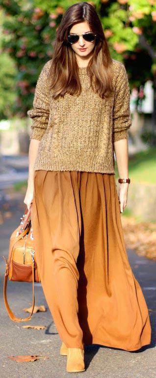 Phối áo len cùng chân váy midi dài và túi xách cùng tông màu