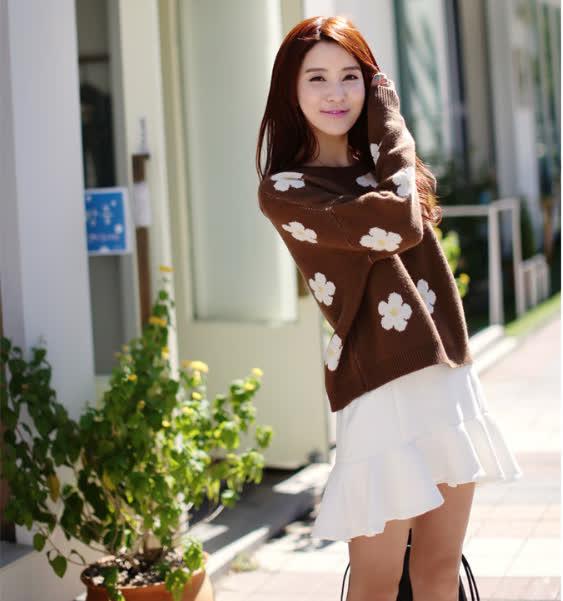 Áo len kết hợp với chân váy xòe duyên dáng và cá tính