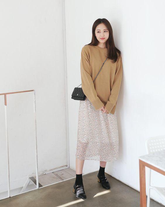 Combo áo len và chân váy midi giúp giữ ấm và tạo nên nét đẹp nữ tính