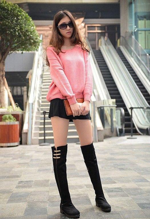 Phối áo len và chân váy xòe ngắn với quần tất hoặc boot cao cổ thời thượng