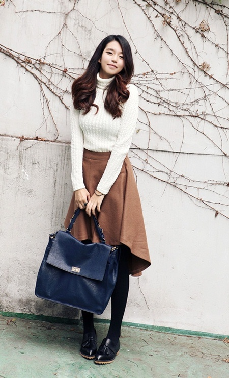 Áo len cổ lọ mặc với chân váy xòe đi cùng boot cổ ngắn mạnh mẽ và đầy nữ tính