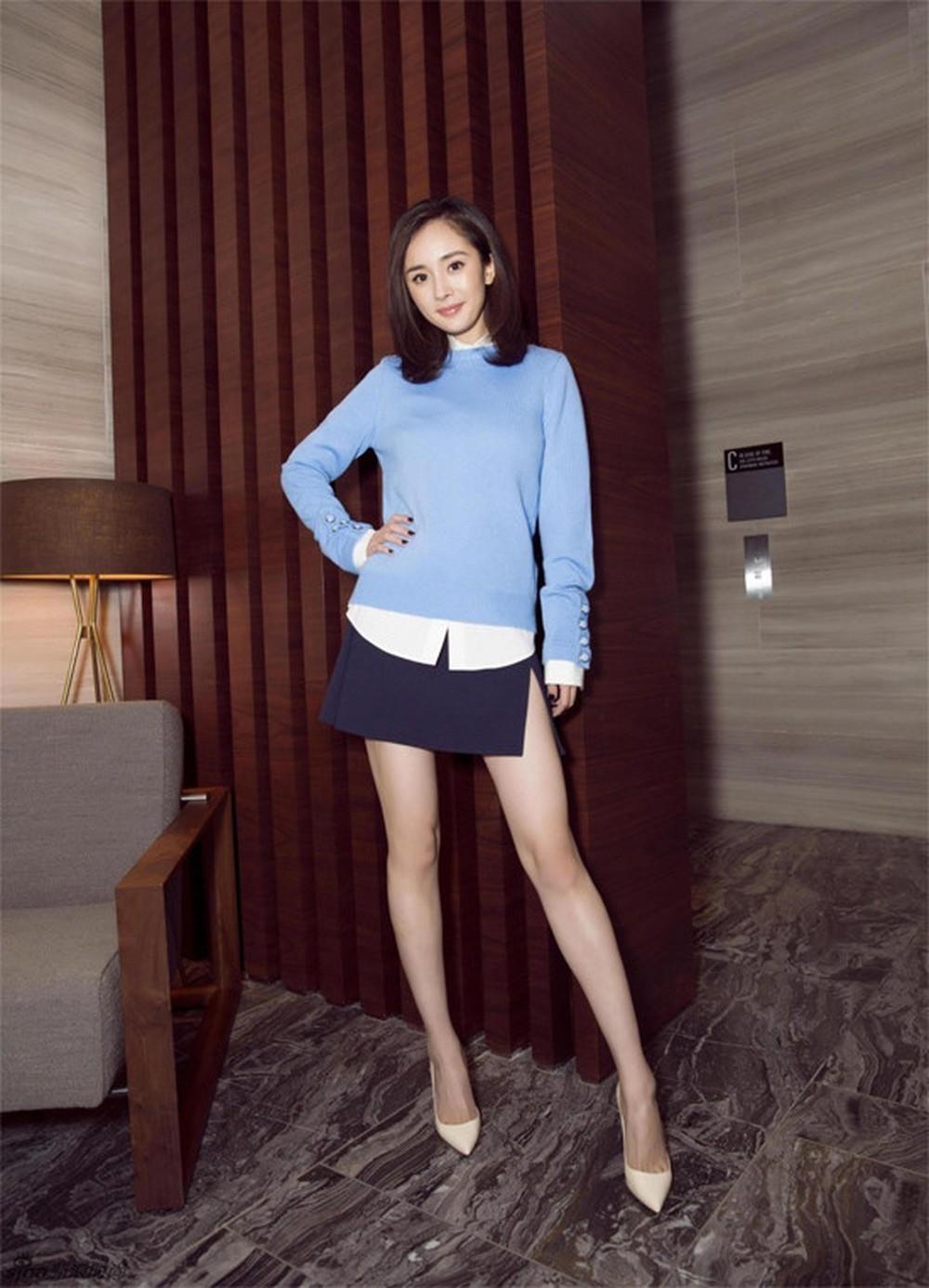Phối áo len với chân váy quyến rũ