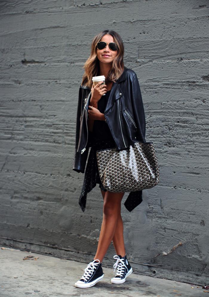 Kết hợp giày converse với những đồ bằng chất liệu da sẽ tôn thêm phong cách bụi bặm cá tính