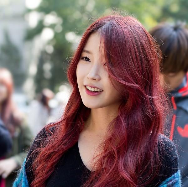 Nâu đỏ ánh tím là màu tóc nhuộm đẹp hoàn toàn không kén chọn
