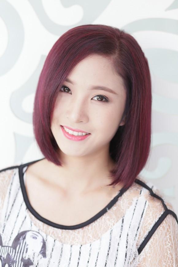 Tóc nhuộm màu nâu đỏ ánh tím còn thích hợp với cả kiểu tóc bob