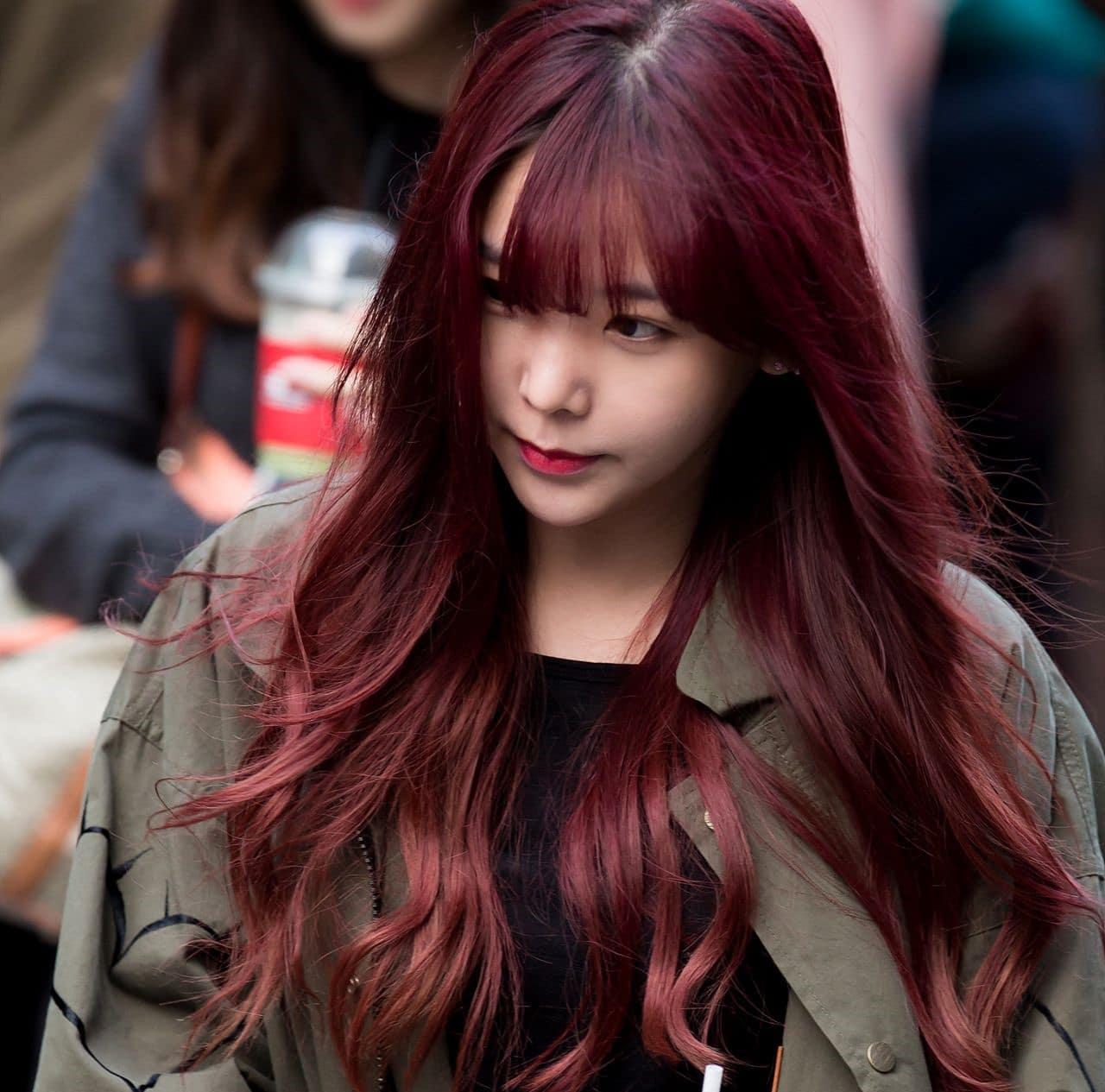Nhuộm tóc màu nâu đỏ ánh tím là một xu hướng mới được kết hợp giữa trend cũ và trend mới khá độc đáo