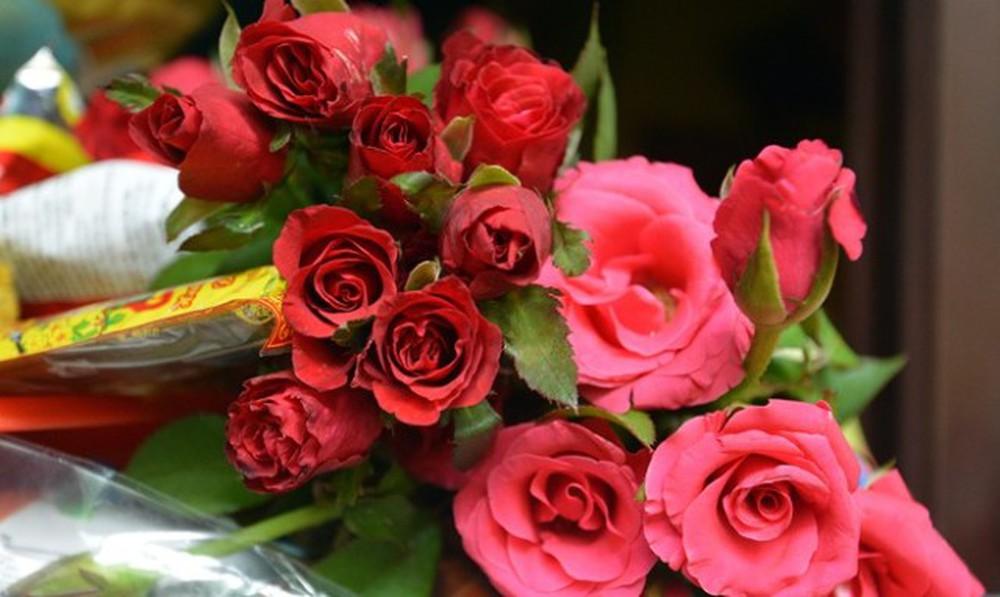 Cắm hoa hồng để bàn thờ vừa đơn giản lại đẹp