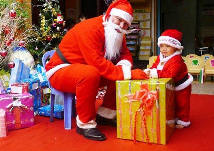Ông già Noel tặng quà cho bé