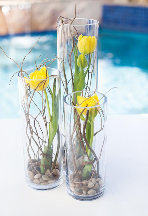 Cắm hoa ly vàng ngày Tết trong lọ thủy tinh