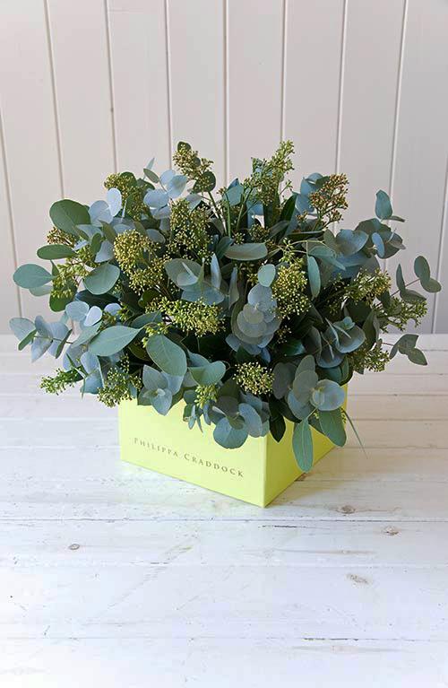 Cắm lá, cành và hoa phụ xung quanh