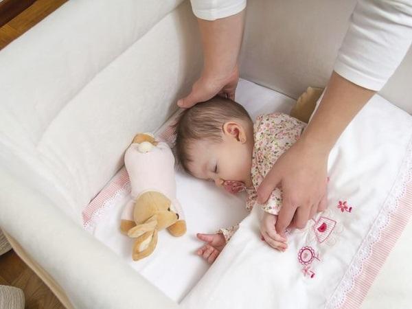 Hướng dẫn cách tập cho bé ngủ giường đúng chuẩn và khoa học nhất