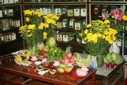 Cắm hoa cúc vàng trên bàn thờ ngày lễ Tết