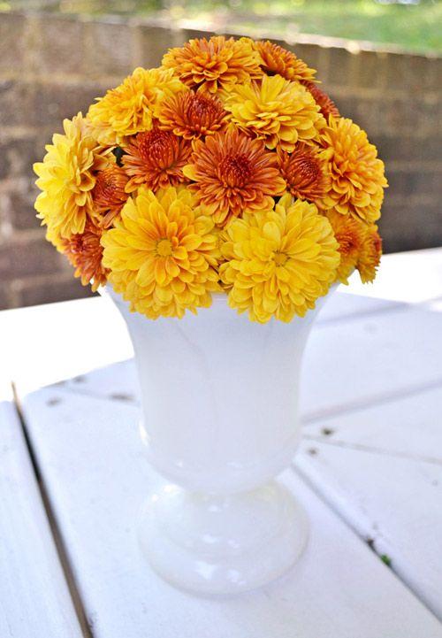 Cách cắm hoa cúc để bàn thờ ngày Tết vừa đẹp lại đơn giản