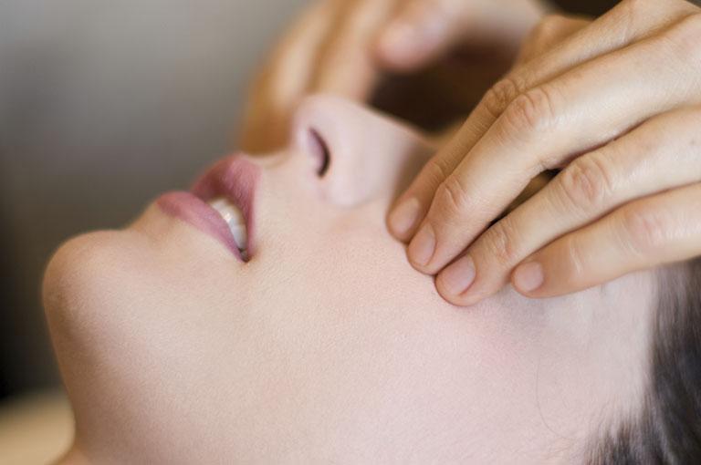 Hướng dẫn cách chữa nghẹt mũi bằng bấm huyệt đơn giản, an toàn tại nhà - Ảnh 12