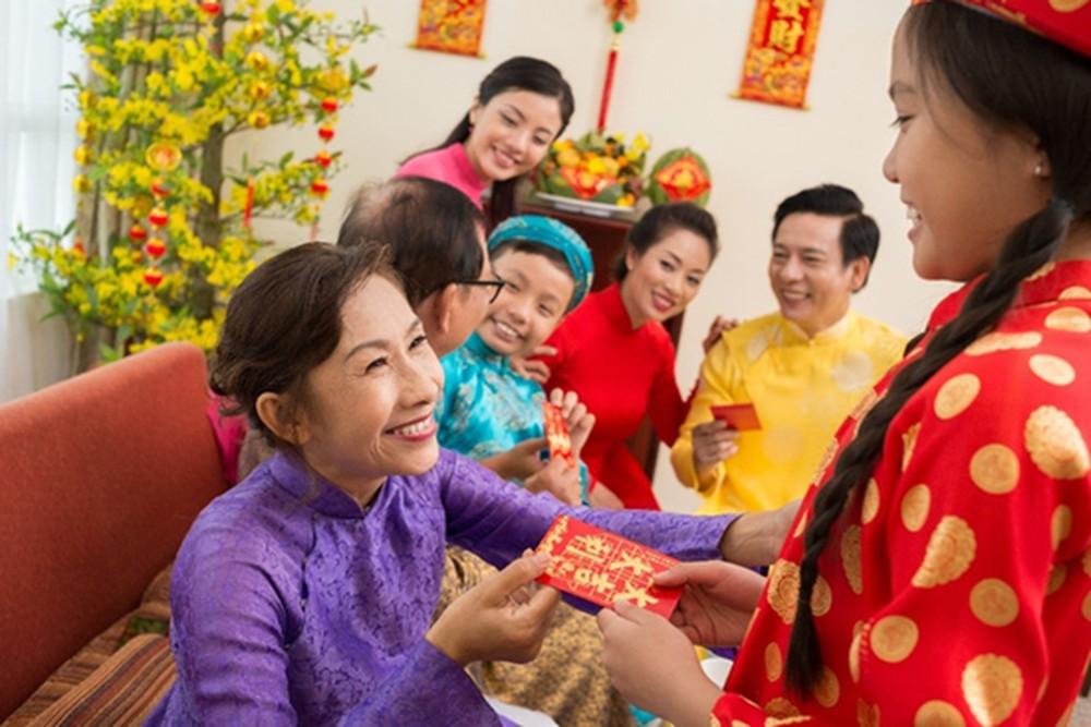 Người Việt Nam còn có phong tục lì xì cho trẻ em trong ngày Tết