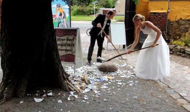 Tục đập vỡ chén đĩa trong ngày cưới của người Đức