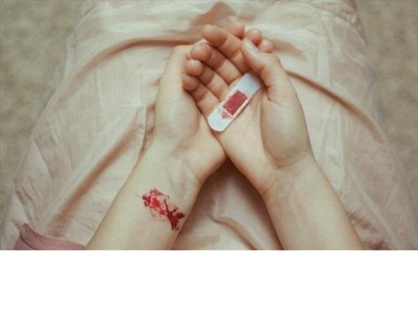 Nằm mơ thấy đứt tay chảy máu là điềm báo gì? Tốt hay xấu?