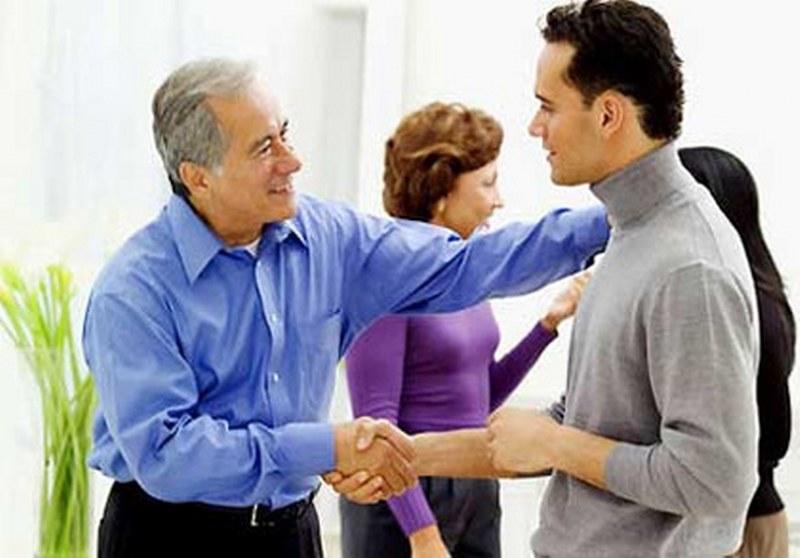Nhờ người thân trong gia đình tiếp cận với chồng sau khi cãi nhau